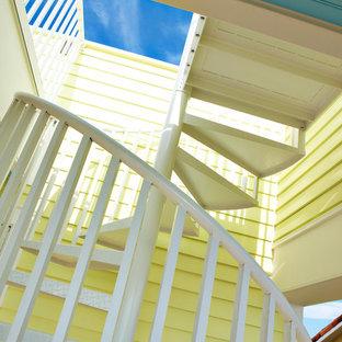タンパの小さい金属製のコンテンポラリースタイルのおしゃれな階段 (金属の手すり) の写真