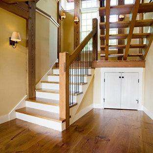 Foto de escalera en U, rústica, grande, sin contrahuella, con escalones de madera y barandilla de madera