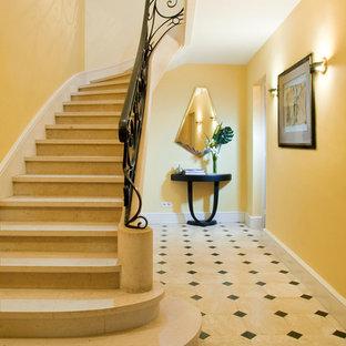 Idée de décoration pour un grand escalier courbe tradition avec des marches en béton.