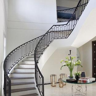Foto de escalera curva, clásica renovada, grande, con escalones de madera y contrahuellas de madera pintada