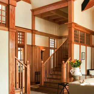 Idee per una scala american style con pedata in legno, alzata in legno e parapetto in legno