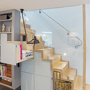 Modelo de escalera recta, de estilo de casa de campo, con escalones de madera, contrahuellas de madera y barandilla de vidrio