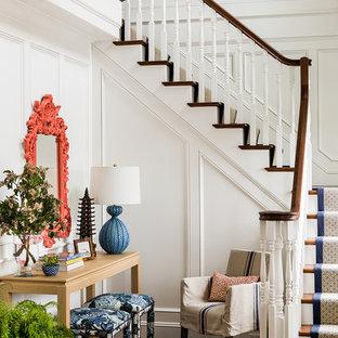 Выдающиеся фото от архитекторов и дизайнеров интерьера: угловая лестница в викторианском стиле с деревянными ступенями и крашенными деревянными подступенками