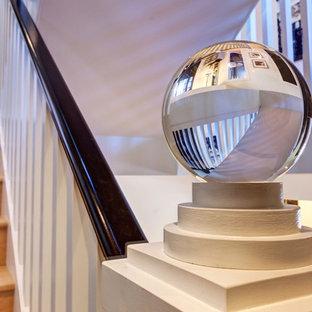 Ejemplo de escalera recta, clásica renovada, grande, con escalones de madera, contrahuellas de madera y barandilla de madera