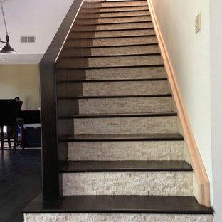 Diseño de escalera recta, clásica renovada, de tamaño medio, con escalones de madera y contrahuellas con baldosas y/o azulejos