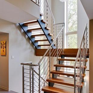 Idéer för mellanstora funkis u-trappor i trä, med öppna sättsteg och räcke i metall