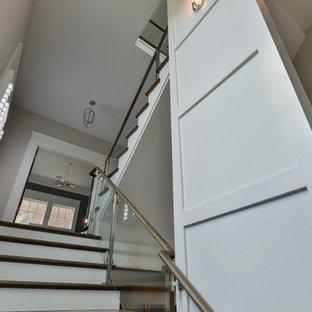ルイビルの中サイズの木のトランジショナルスタイルのおしゃれな直階段 (ガラスの蹴込み板) の写真