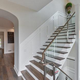 Idéer för att renovera en mellanstor vintage rak trappa i trä, med sättsteg i målat trä