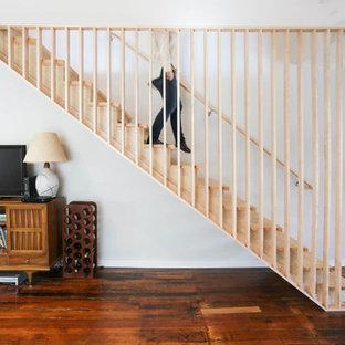 Diseño de escalera suspendida, vintage, pequeña, sin contrahuella, con escalones de madera