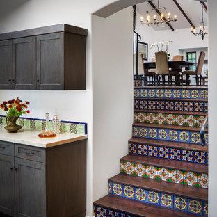 Imagen de escalera recta, mediterránea, grande, con escalones de terracota, contrahuellas de terracota y barandilla de metal