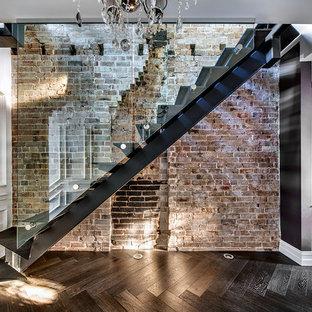 Diseño de escalera recta, industrial, con escalones de metal