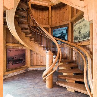 Ispirazione per un'ampia scala sospesa country con pedata in legno e nessuna alzata