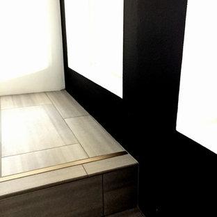 Bild på en stor funkis rak trappa, med klinker och sättsteg i metall