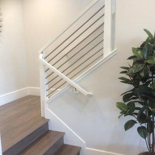 Diseño de escalera recta, minimalista, pequeña, con escalones de madera, contrahuellas de madera y barandilla de varios materiales