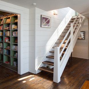 Idéer för att renovera en mellanstor lantlig rak trappa i trä, med öppna sättsteg och räcke i trä