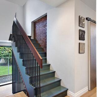 Diseño de escalera en U, actual, de tamaño medio, con escalones de madera pintada y contrahuellas de madera pintada