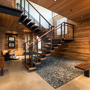 Modelo de escalera suspendida, rústica, grande, sin contrahuella, con escalones de madera