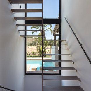 Diseño de escalera en U, actual, de tamaño medio, sin contrahuella, con escalones de metal