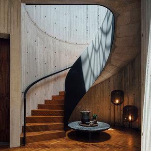 Imagen de escalera curva, urbana, con escalones de madera y contrahuellas de madera