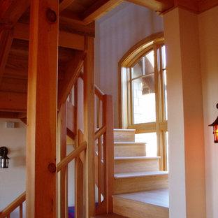 Modelo de escalera marinera con escalones de madera y contrahuellas de madera