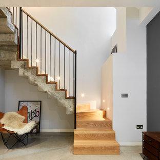 Modelo de escalera en U, industrial, de tamaño medio, con escalones de madera y contrahuellas de madera