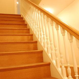Diseño de escalera recta, actual, de tamaño medio, con escalones de madera, contrahuellas de madera y barandilla de madera