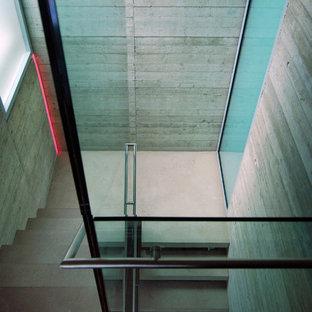 ロンドンの中くらいのコンクリートのコンテンポラリースタイルのおしゃれな階段の写真