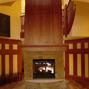 Idee per un'ampia scala sospesa bohémian con pedata in legno, alzata in legno e parapetto in legno