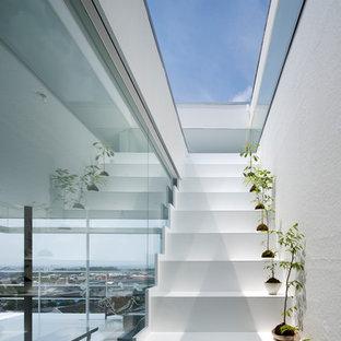 Imagen de escalera recta, actual, con escalones de acrílico