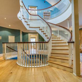 Diseño de escalera curva, clásica, extra grande, con escalones de madera y contrahuellas de madera pintada
