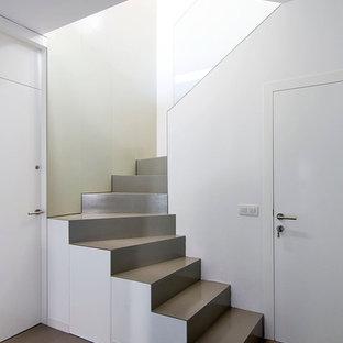 Modelo de escalera curva, contemporánea, de tamaño medio, con escalones de metal y contrahuellas de metal