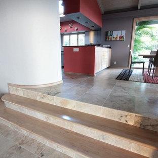 Foto di una piccola scala a rampa dritta stile marinaro con pedata in legno e alzata piastrellata