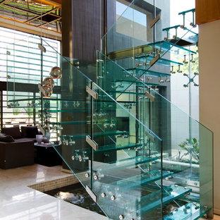 他の地域の大きいガラスのコンテンポラリースタイルのおしゃれな階段の写真