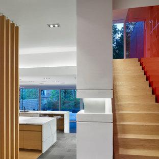 Ejemplo de escalera recta, moderna, pequeña, con escalones de madera y contrahuellas de madera