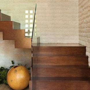 Diseño de escalera suspendida, actual, con barandilla de vidrio