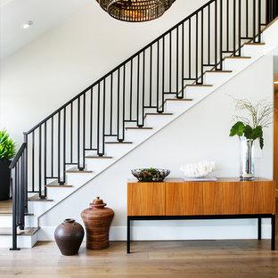 Свежая идея для дизайна: угловая лестница среднего размера в современном стиле с деревянными ступенями, крашенными деревянными подступенками и металлическими перилами - отличное фото интерьера