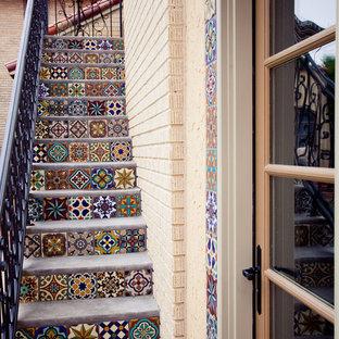 Imagen de escalera mediterránea, pequeña, con contrahuellas con baldosas y/o azulejos