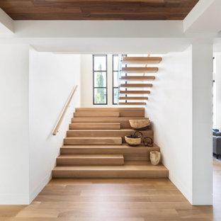 На фото: лестница на больцах в современном стиле с деревянными ступенями