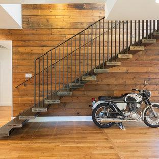 Foto de escalera recta, clásica renovada, grande, sin contrahuella, con escalones de metal
