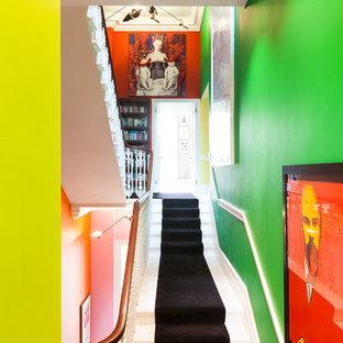 ロンドンの広いカーペット敷きのエクレクティックスタイルのおしゃれならせん階段 (フローリングの蹴込み板) の写真