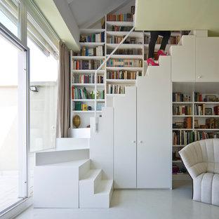 Выдающиеся фото от архитекторов и дизайнеров интерьера: маленькая п-образная лестница в современном стиле с крашенными деревянными ступенями и крашенными деревянными подступенками