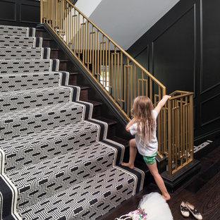 ミネアポリスの木の地中海スタイルのおしゃれな折り返し階段 (金属の手すり、木の蹴込み板) の写真