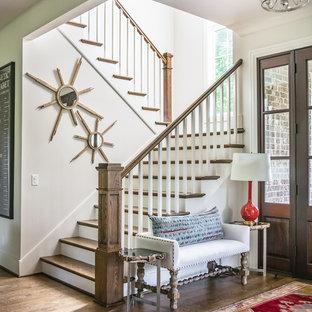 Идея дизайна: п-образная лестница в классическом стиле с деревянными ступенями, деревянными перилами и крашенными деревянными подступенками