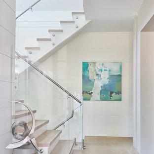 """Immagine di una scala a """"U"""" costiera con pedata in legno, alzata in legno verniciato, parapetto in materiali misti e pareti in perlinato"""