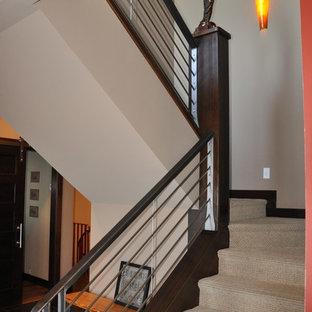 Exempel på en mellanstor klassisk u-trappa, med heltäckningsmatta, sättsteg med heltäckningsmatta och räcke i metall