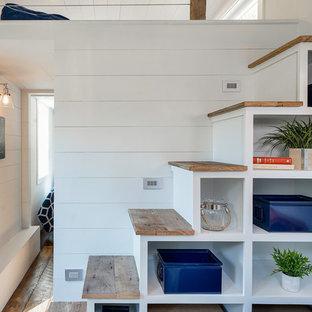 Modelo de escalera recta, tradicional renovada, pequeña, con escalones de madera y contrahuellas de madera pintada