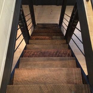 Ejemplo de escalera recta, industrial, pequeña, con escalones de madera y contrahuellas de madera