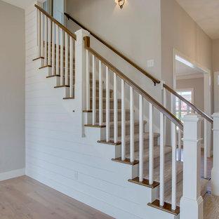 Diseño de escalera recta y machihembrado, de estilo de casa de campo, de tamaño medio, con escalones de madera, contrahuellas de madera pintada, barandilla de madera y machihembrado