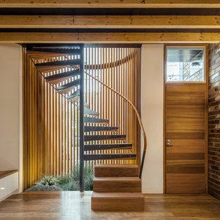 Foto de escalera recta, industrial, sin contrahuella, con escalones de madera