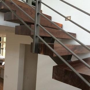 オースティンの中サイズの木のインダストリアルスタイルのおしゃれなフローティング階段 (木の蹴込み板) の写真